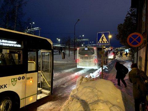 KØ: Passasjerene hoppet ut av bussen som stod i kø oppover langs Jernbanetorget i morgentimene.
