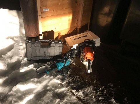 Geir Henning Svelle fant dette i søppelskuret sitt natt til onsdag. Personene hadde også fylt opp skuret til naboen.