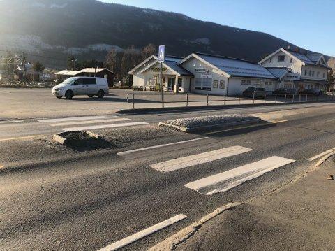 Trafikkøya ble smadret etter trafikkuhellet i natt.