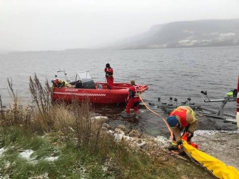 Bildene er fra Odnes ved Randsfjorden hvor det legges ut 225 meter med havnelenser for å beskytte et vanninntak.