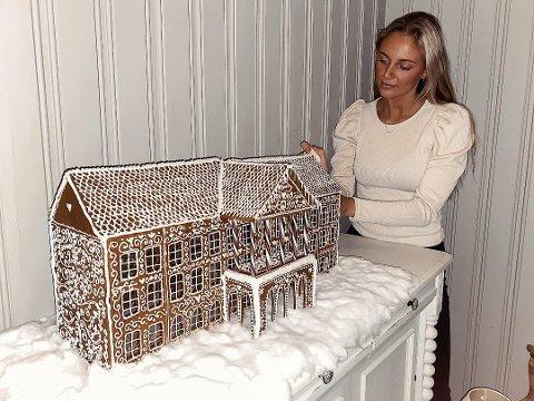 25 TIMER: 20-25 timer har Kristine Berg (21) brukt på å lage pepperkakehuset. Ettersom moren ikke vil kaste det med en gang jula er over, blir det ofte stående til sommeren.