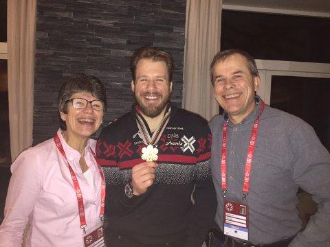 GULLSMIL: Kjetil Jansrud, sammen med mamma Inger Helen og pappa Jan under gullfesten i Åre lørdag kveld.