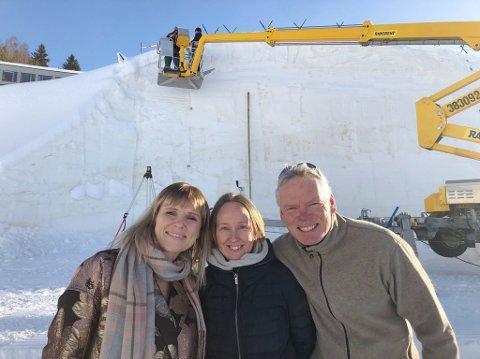 UTEKINO: Noen dager før før norgespremieren av Amundsen i Lysgårdsbakken på Lillehammer er det utsolgt. - Vi gleder oss veldig!, sier Clarissa Bergh (kinosjef, f.v), Kine Bakstad (kiosk- og salgsansvarlig) og Asgeir Bjerke (Olympiaparken). Bak de er lerretet som er skjært ut i snø og is.