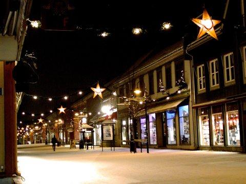 """JULEFILM: Egentlig skulle det fremdeles sette slik ut i Lillehammer sentrum framover. For torsdag 28. februar starter den store tyske fjernsynskanalen ZDF innspilling av familiefilmen """"Weinachten im Schnee"""", i Lillehammer og omegn."""