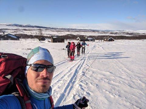 Jeg er glad jeg hadde med erfarne fjellfolk på min første uværstur i fjellet , sier Akos Pap fra Ungarn. Turfølget på 11 fikk oppleve et helt annet vær enn på dette bildet på runden rundt Langsua.