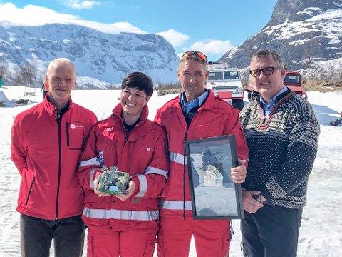 Tor Varpestuen og Ingeborg Ørslien fikk prisen tildelt av presidenten i Røde Kors, Robert Mood (T.v.). Nord-Frons ordfører Rune Støstad til høyre.