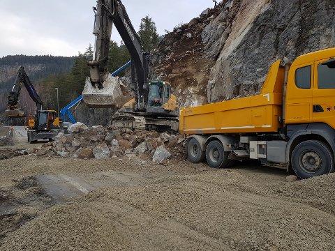 Flere store steinblokker har blitt sprengt løs og kjørt bort fra E6 i Ringebu.