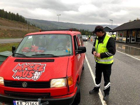 Russebilen Mycke Mus fra Åndalsnes ble fredag stoppet i kontroll på Øyervekta - og fikk kjøre videre uten mangellapp.