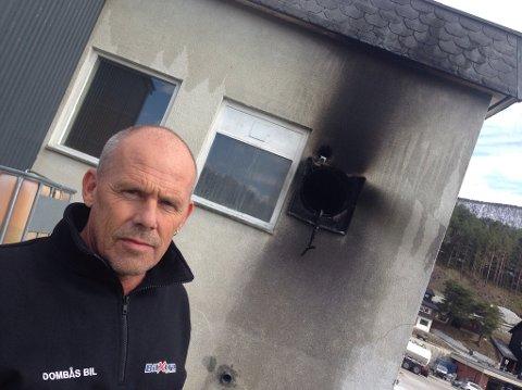 Inge Groven, daglig leder ved Dombås Bil, takker sine ansatte for rask respons da det begynte å brenne i ventilasjonsanlegget.