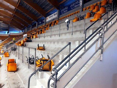 Etter 30 års godt bruk, er demonteringen av de velkjente gule stolene i Eidsiva Arena nå i gang.