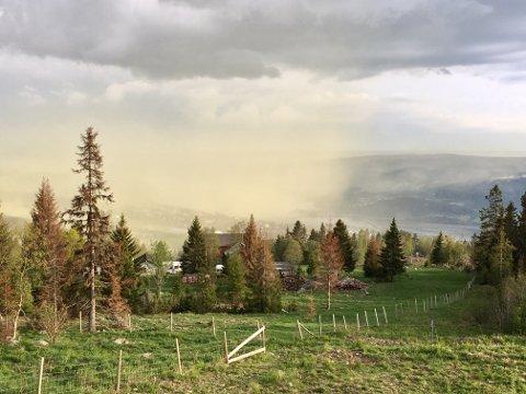 En stor pollensky svevde over Lillehammer tirsdag.