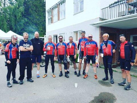 Ragnhild Rosten (t.v) syklet Mjøsa Rundt sammen med 13 menn i SK Rye søndag. Etter målgang var det mange smil tross i et tøft sykkelritt.