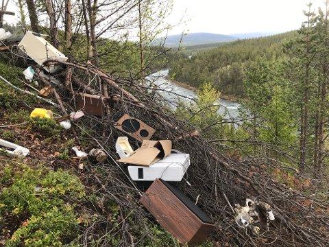 Det var et stort lass med søppel som ble tippet utover, fra Fylkesveg 51 mellom Ottadalen og Valdres. Dumpingplassen ligger et par kilometer etter avkjørselen til Ridderspranget. Nå rydder fjellstyret opp.
