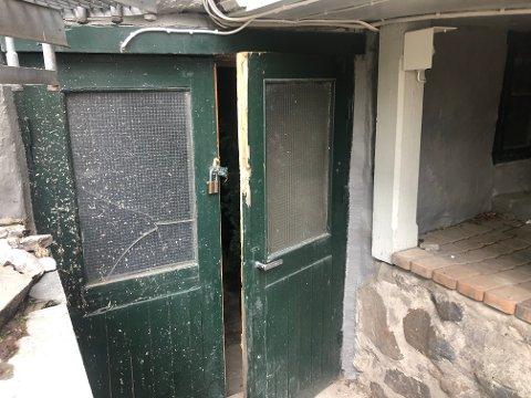 Denne døren ble brutt opp av sjokoladetyvene.