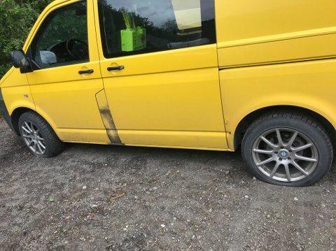 Alle fire dekkene var punktert da Vidar Johansen kom til bilen sin tirsdag morgen.