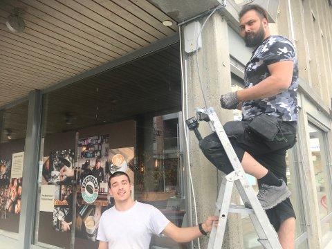 Elektrikerne Milan Stojakovitsj og Nenad Popovitsj tar seg av det elektriske for Espresso House, også på Lillehammer.