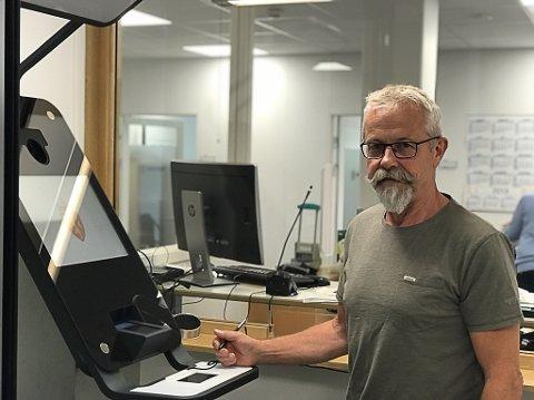 PASS-STASJON: Raskere og sikrere behandling av personlig identifikasjon (fingeravtrykk/foto) er blant forbedringene med det nye utstyret, sier Tom Rune Lien.