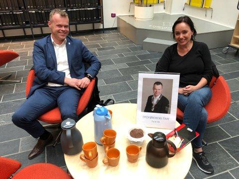 Ordfører Espen Granberg Johnsen og kommunens kommunikasjonssjef Kjersti Morset bydde på kaffe og sjokoladekjeks til Ordførerens time.