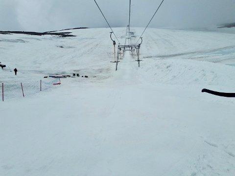 Tirsdag er det meldt snø ned mot 600 meter over havet. Det kan bety nysnø på Galdhøpiggen sommerskisenter. Slik så det ut mandag formiddag på sommerskisenteret.