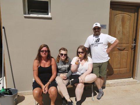 SYDENFAST: Kristin (t.v.), Vega og Ina Stigen, samt Arild Johnsen fikk en alt annet enn hyggelig avslutning på sydenferien.