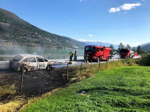 To personer kom seg ut av bilen som begynte å brenne ved Storviksroa ved Tessand søndag.