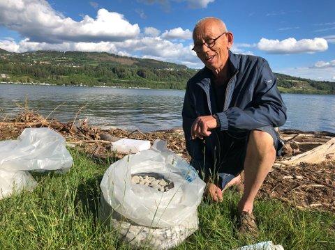 Jan Mehus er medlem av Lillehammer Ro og Kajakklubb. Han plukker jevnlig kilosvis med søppel fra Mjøsas bredder. Glasopor finner han i store mengder.