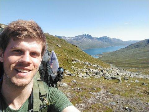 SOMMERFERIE: Oskar Sunde gikk fra Sunnmøre til Hadeland i sommerferien. Her er han på etappen mellom Fondsbu og Yksendalsbu. Innsjøen i bakgrunnen er Bygdin.