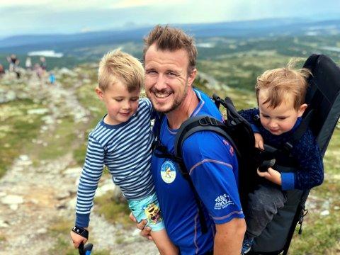 Familien har vært god ha det siste året for Lars Jostein. Her sammen med sønnene Jostein og Matias.
