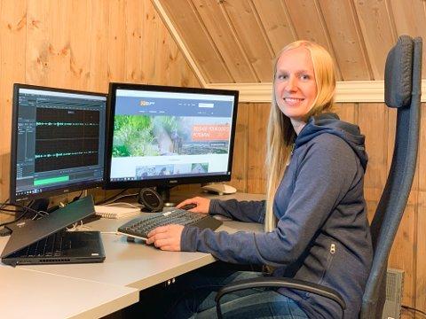 """HYTTEFØLELSEN: Jeanette Sandbæk Håland (32) stortrives oppe på """"hemsen"""" i de hytteinspirerte kontorlokalene til Non-Stop Dogwear på Brøttum."""