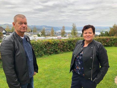 UTSIKT: I dag har ekteparet Torbjørn og Hilde Lønstad flott utsikt over Gjøvik og Mjøsa, men når det bygges på tomta på skrått nedenfor vil en del av utsikten bli borte.