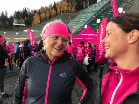 Bli med og lage en rosa strøm fra Stortorget i Lillehammer den 10. oktober, oppfordrer leder Anne Fjell (til venstre) i LIllehammer brystkreftforening  og kommunikasjonsrådgiver Anne Rui i Kretforeningen.