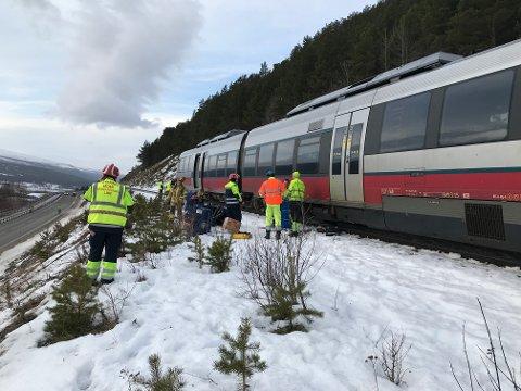 Både politi og brannvesen er på plass der toget kjørte inn i en stein.
