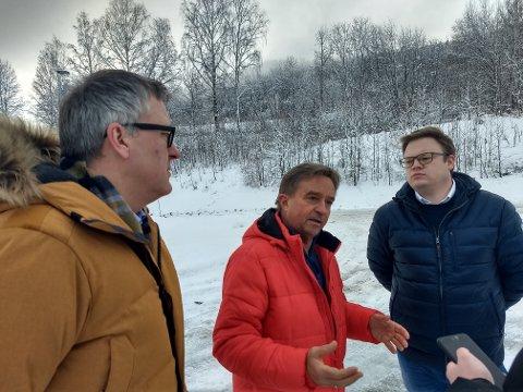 ENIGE: Rune Støstad (fra venstre), Tore Hagebakken og Even Aleksander Hagen snakket varmt om Mjøsbrua i kulden ved Mjøsbrua.