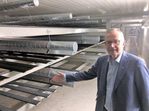 INVESTERER: Administrerende direktør Jørn Nørstelien ved Gausdal Bruvolls tørkeanlegg for malt og beiset kledning. Nå investerer trelastprodusenten igjen stort, i nytt sorteringsanlegg for trelast.