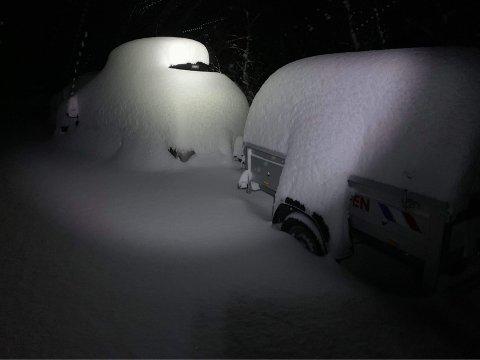Slik så det ut på Grotli søndag morgen. Dette er en Toyota Auris og en tilhenger.