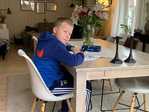 Mathias Storødegård (11) er i karantene og skal som alle de andre testes i løpet av helgen. Han trives greit med hjemmeskole, men liker seg aller best på skolen.