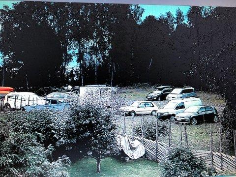 FELLESAREAL: Klageren mener at det strider mot reguleringsplanen at dette fellesarealet (ballplassen) skal kunne benyttes til parkering.