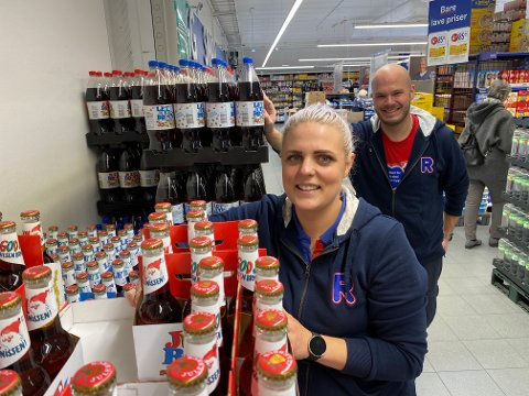 Julebrusen er i butikken, nesten tre måneder før jul. – Litt tidlig, men folk vil ha det, sier assisterende butikksjef Julianne Holtlien (28) og André Sektnan Bye (33)