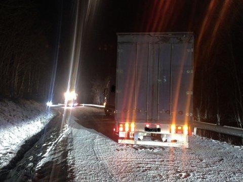 Et vogntog sperrer vegen opp mot Espedalen etter Øvre Svatsum fredag kveld.