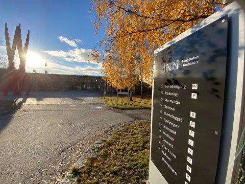 Høgskolen i Innlandet mener å ha avslørt en av sine tredjeårsstudeter for juks.  Studentene har påklaget vedtaket fra klagenemnda ved høgskolen via sin advokat, og saken er videresendt til Felles klagenemnd,