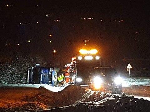 Her forsøker bergingsmannskaper å få tankbilen opp av grøfta.