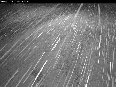 Det kan bli snøfokk på utsatte steder på fjellovergangene i dag. Her er Hjerkinn like før kl 07 tirsdag morgen.
