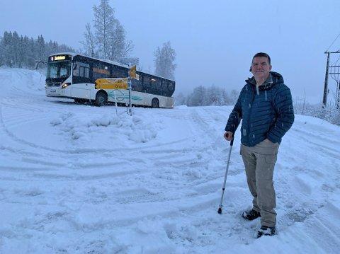 Nærmeste nabo, Thomas Dahl, har sett mange busser få trøbbel i den samme svingen.