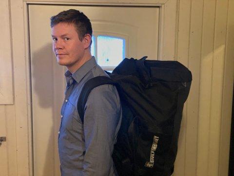 Bagen står alltid klar til tjeneste, men nå er den plassert i gangen. Eskild Skogvang Olsen er klar for å dra til rasområdet i Gjerdrum for å bidra.