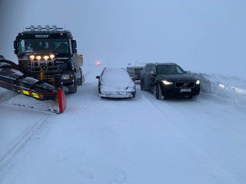 LOTTO: Bilen står parkert i det ene kjørefeltet. Vovloen med henger bruker parkeringslomma for å komme forbi, etter å ha ligget bak brøytebilen.