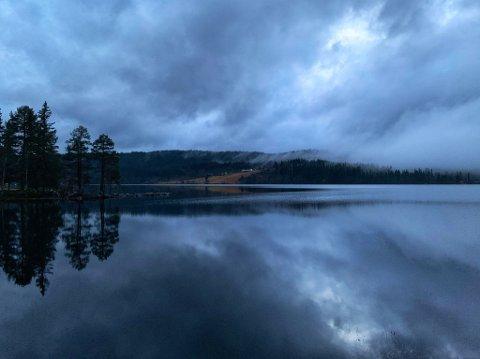 MØRKT OG VÅTT: Det er visst ikke antydning til solgløtt på Østlandet denne uka.