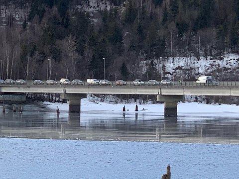 Slik ser det ut på Lillehammer bru mandag formiddag.