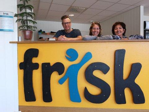 STENGER: Treningssenteret FRISK, her representert ved Rune Johansen, daglig leder Kimberly Wood Finnson og Marit Dybsand, holder stengt fra fredag.