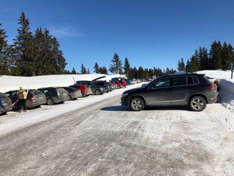 Mange biler på parkeringsplassen til skistadion på Sjusjøen lørdag.