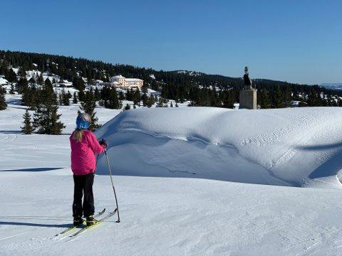 NEDSNØDD: Mange hytter i distriktet har store snømengder skjevt fordelt på hyttetakene. Bildet er tatt sist lørdag på Nordseter.